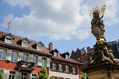 La statua dorata di St Mary nella vecchia città di Heidelberg, Germania Fotografia Stock