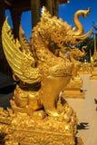 La statua elephent di seduta dorata Immagine Stock