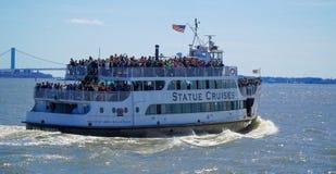 La statua gira - la statua della barca MANHATTAN di Liberty Sightseeing - NEW YORK - 1° aprile 2017 immagini stock libere da diritti