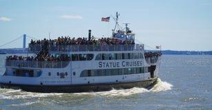 La statua gira - la statua della barca MANHATTAN di Liberty Sightseeing - NEW YORK - 1° aprile 2017 fotografie stock libere da diritti