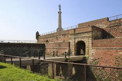 La statua il Gate di re e di vittoria nella fortezza di Kalemegdan, Belgrado serbia fotografia stock libera da diritti