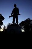 La statua militare sta alta al tramonto Fotografie Stock