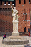 La statua nel cortile del Castello Sforzesco Immagini Stock