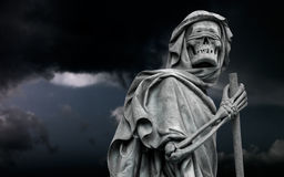 La statua personificata morte della Morte vaga nel nig scuro fotografie stock