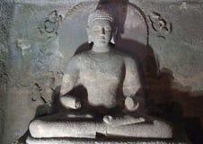La statue antique de Bouddha dans Ajanta foudroie, Inde Image stock