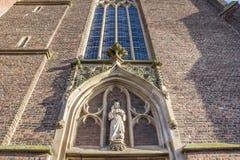 La statue au-dessus de l'entrée de St arnold janssen l'église, Goch images libres de droits