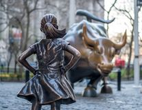 La statue courageuse de fille faisant face à Taureau de remplissage dans le Lower Manhattan, New York City photo stock