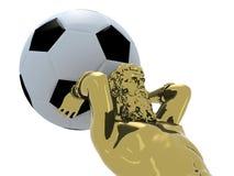 La statue d'or d'Atlante avec du ballon de football mettent à la terre à la place Photographie stock