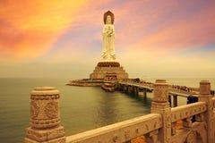 La statue d'Avalokitesvara, coucher du soleil magique Images libres de droits