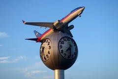 La statue d'avion a placé juste en dehors de l'aéroport de Senai localisé dedans Photos libres de droits