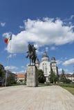 La statue d'Avram Iancu et la cathédrale orthodoxe, roses ajustent, Targu Mures Photographie stock