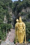 La statue d'or de Lord Muragan à l'entrée de Batu foudroie le temple hindou près de Kuala Lumpur, Malaisie Photos libres de droits