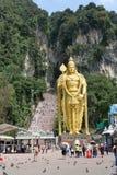 La statue d'or de Lord Muragan à l'entrée de Batu foudroie le temple hindou près de Kuala Lumpur, Malaisie Images libres de droits
