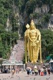 La statue d'or de Lord Muragan à l'entrée de Batu foudroie le temple hindou près de Kuala Lumpur, Malaisie Photographie stock libre de droits