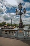 La statue d'or et l'éclairage signalent orner le pont d'Alexandre III au-dessus de la Seine et Tour Eiffel à Paris Photo stock