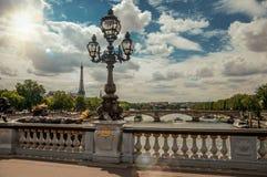La statue d'or et l'éclairage signalent orner le pont d'Alexandre III au-dessus de la Seine et Tour Eiffel à Paris Image stock