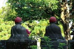 La statue d'un Bouddha à l'aide d'un chapeau ? dans des élém. publics de cimetière photos libres de droits