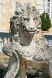 La statue d'un lion a été installée dans la cour d'un château dans les Frances Image libre de droits