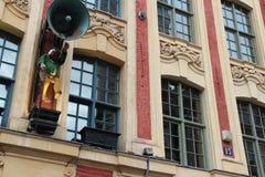 La statue d'un sonneur et les klaxons sculptés de l'abondance décorent la façade d'un bâtiment à Lille (les Frances) Image stock