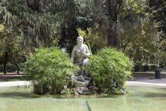 La statue d'une femme avec un bébé en villa Borghese fait du jardinage rome Photographie stock