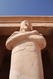 La statue dans le temple égyptien images stock