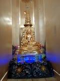 La statue de Bouddha d'or avec de l'or neuf à gradins Image stock