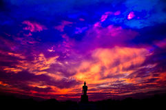 La statue de Bouddha dans la scène de silhouette au coucher du soleil Image libre de droits