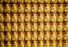 La statue de Bouddha dans le mur chinois de temple image stock