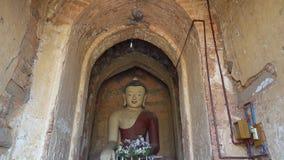 La statue de Bouddha dans une pagoda de Bagan banque de vidéos