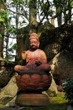 La statue de Bouddha Sakyamuni sous l'ombre d'arbre Images libres de droits