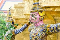 La statue de démon soutenant la pagoda d'or Photo libre de droits