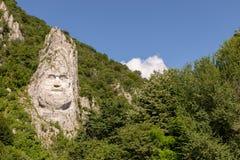 La statue de Decebal a découpé du côté d'une colline image stock