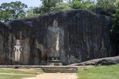 La statue de haut de Bouddha de 15 mètres prend l'étape de centre chez Buduruwagala, près de Wellawaya dans Sri Lanka central Photos libres de droits