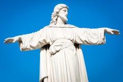 La statue de Jesus Christ avec le sien arme prolongé Image stock