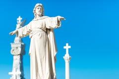 La statue de Jesus Christ avec le sien arme prolongé Photographie stock