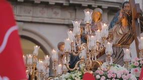 La statue de Jesus Christ a décoré des fleurs fraîches pendant les cortèges de semaine sainte banque de vidéos