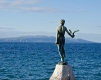 La statue de la jeune fille avec la mouette située sur la Mer Adriatique, Opatija, Croatie images stock
