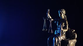 La statue de la justice - fond bleu-fonc? images stock