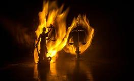 La statue de la justice - justice ou Iustitia/Justitia de dame la déesse romaine de la justice sur un fond foncé du feu image libre de droits