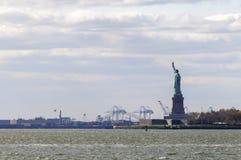 La statue de la liberté vue du côté photos stock