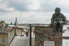 La statue de ramoneur sur un toit à Lviv, Ukraine Photo libre de droits