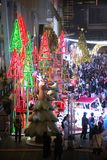 La statue de renne et la lumière de coloré décorent beau sur la célébration d'arbre de Noël Photo libre de droits