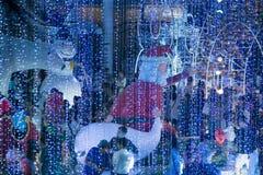 La statue de Santa et la lumière de coloré décorent beau sur la célébration d'arbre de Noël Images stock