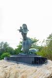 La statue de sirène sur la roche à l'île de Samet Images stock