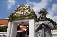 La statue en pierre chinoise d'un homme occidental en Wat Pho Photo libre de droits