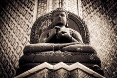 La statue en pierre de Bouddha chez Wat Phra Kaew Palace, également connu sous le nom d'Emerald Buddha Temple Bangkok, Thaïlande Images stock