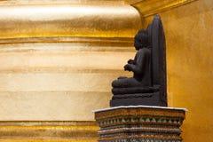 La statue en pierre de Bouddha chez Wat Phra Kaew Palace, également connu sous le nom d'Emerald Buddha Temple Bangkok, Thaïlande Photographie stock libre de droits