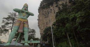 La statue et le temple ont consacré Lord Hanuman en cavernes de Batu, Malaisie clips vidéos