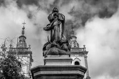 La statue et les tours photographie stock libre de droits