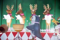 La statue et la lumière animales décorent beau sur des célébrations de Noël Photo libre de droits